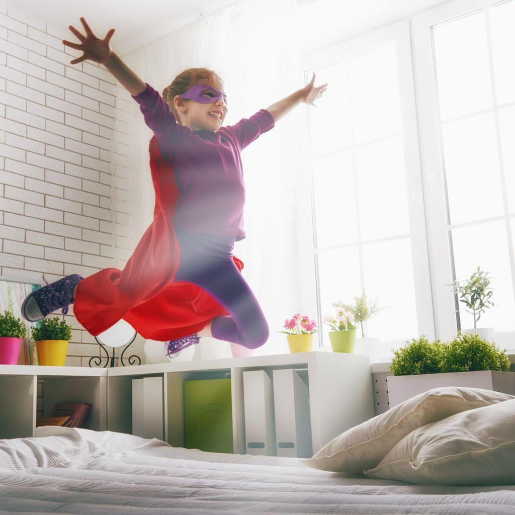 Polytex Matratzen Mädchen springt auf Matraze