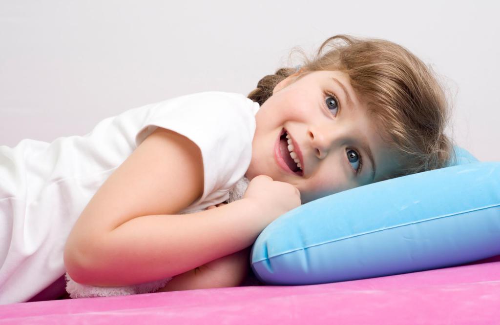 Polytex Matratzen Mädchen kuschelt sich ins Kissen