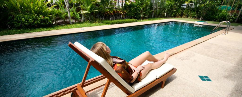 Polytex Matratzen Frau im Liegestuhl am Pool