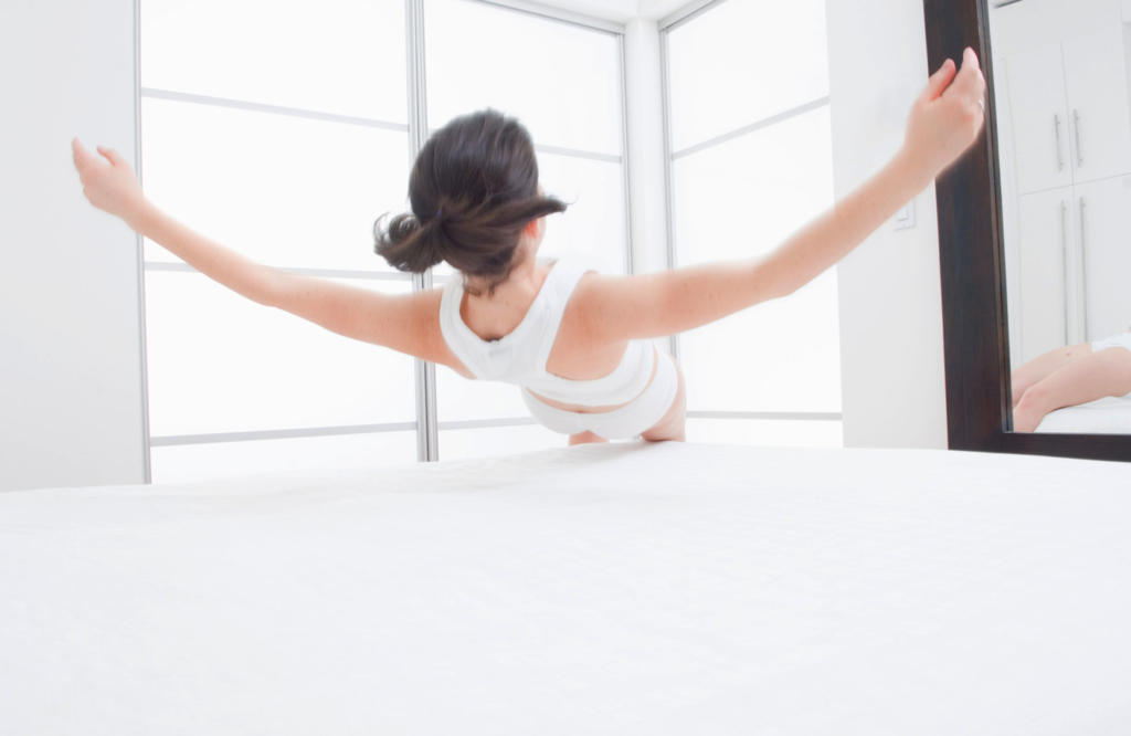 Polytex Matratzen Frau lässt sich ins Bett fallen