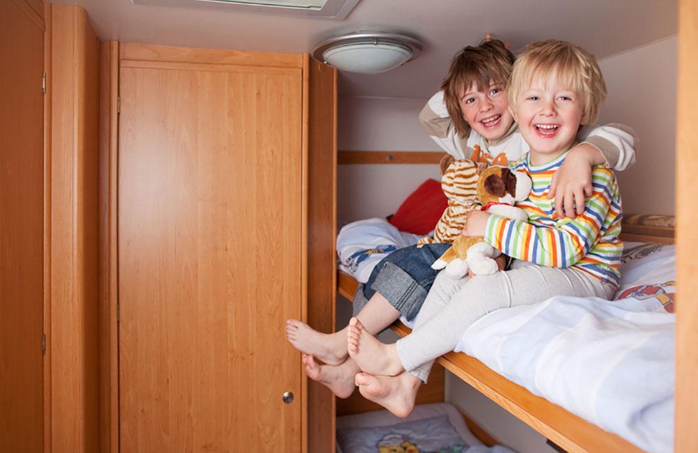 Polytex Matratzen zwei jungen im Wohnwagen